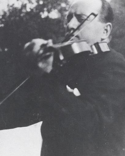 Mussolini_Playing